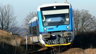 Muž neubrzdil auto a srazil se s vlakem