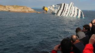 Záchranáři museli přerušit pátrání. Italský Titanic se potápí