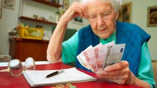 Buďme rádi za korunu a nestrkejme nos do eura, varuje ekonomka