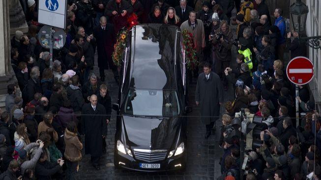 Tisíce lidí doprovázely Havla na jeho poslední cestě. Je státní smutek
