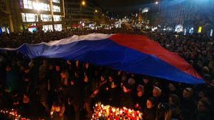 Tisíce lidí uctívají Havlovu památku v centru Prahy