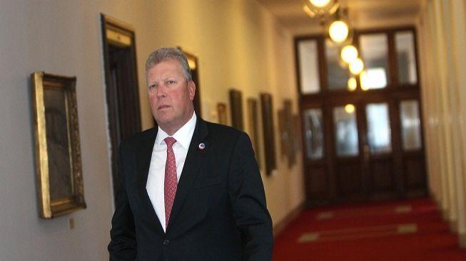 Besser oficiálně skončil v čele ministerstva, Klaus přijal demisi