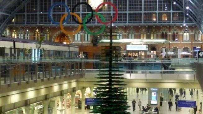 Vánoční strom z Lega vyrostl na londýnském nádraží