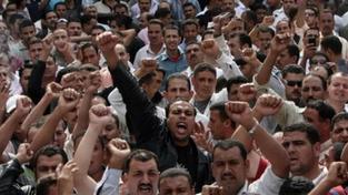 Předejte moc civilní vládě! Armáda překračuje svoje pravomoce