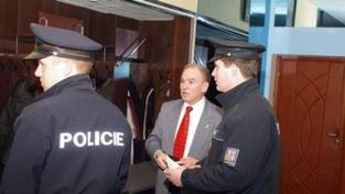 Sjezd ČSNS 2005 začal konfliktem, bývalého šéfa vyvedla policie