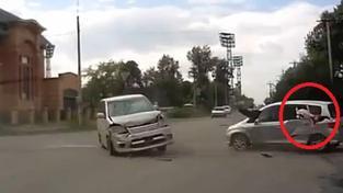 Hrůzu nahánějící nehoda: Při nárazu vyletělo dítě z auta!