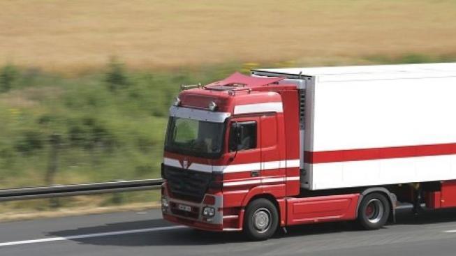 Řidič kamionu přehlédl chodce, srazil ho a táhl ho několik stovek metrů