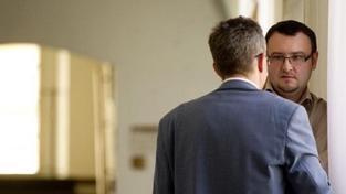 Smyčka na ministerstvu se utahuje: Knetig čelí žalobě za úplatkářství. Drobil uniká