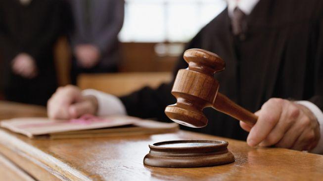 Policie obvinila šest lidí z korupce. Podezřelý je soudce, advokát i žalobce