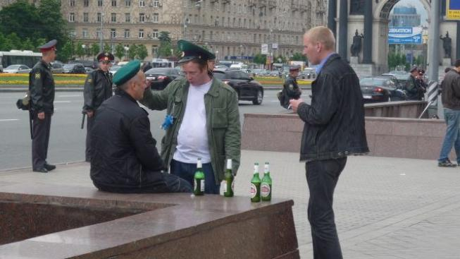 Opilí ruští vojáci.
