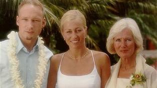 Breivikova matka (vpravo)