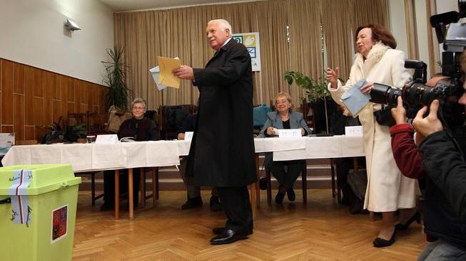 Václav Klaus vhazuje svůj hlas do urny.