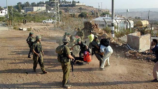 Izraelští vojáci si chladí žáhu na Palestincích.