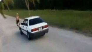 Mladík se chystá přeskočit auto. Nepodaří se