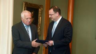 Klaus přijímá demisi ministra Drábka od premiéra Petra Nečase
