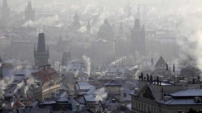 Praha pod příkrovem smogu.