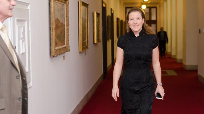 Karolína Peake na zasedání vlády.