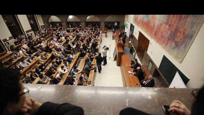 Zeman na univerzitní půdě debatuje se studenty.