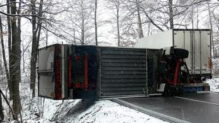 Nehoda kamionu, ledovka.