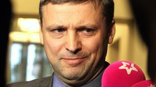 Roman Pekárek se na vězení netváří.