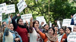 Indické ženy demonstrují proti hrůznému znásilnění a nízkým trestům pro viníky.
