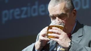 Karel Schwarzenberg si pochutnává na pivu.