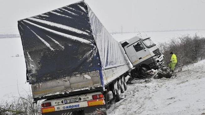 Kamion prorazil svodidla a skončil v poli
