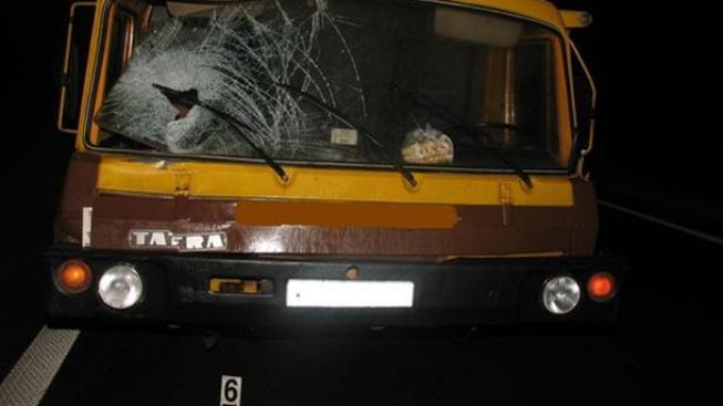Nákladní auto, které srazilo mladíka