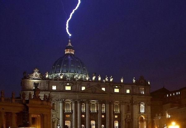 Boží znamení? Po oznámení rezignace Benedikta XVI. zasáhl sídlo papeže blesk