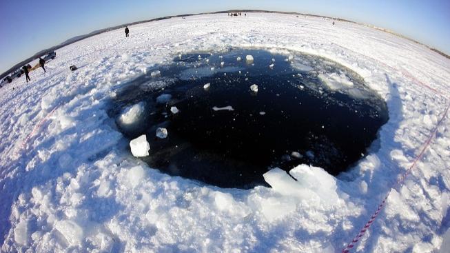 Díra v ledu jezera Čebarkul
