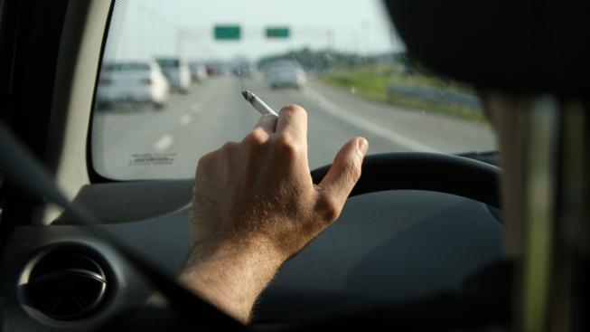 Kuřák za volantem (ilustrační foto)
