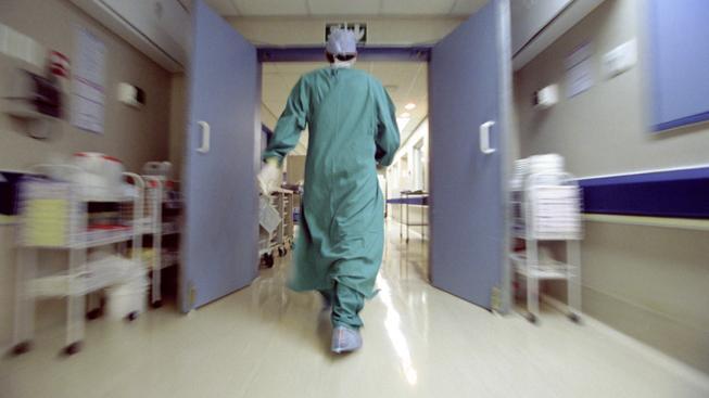 Holčička po léčbě v nemocnici ochrnula. Rodina žádá miliony