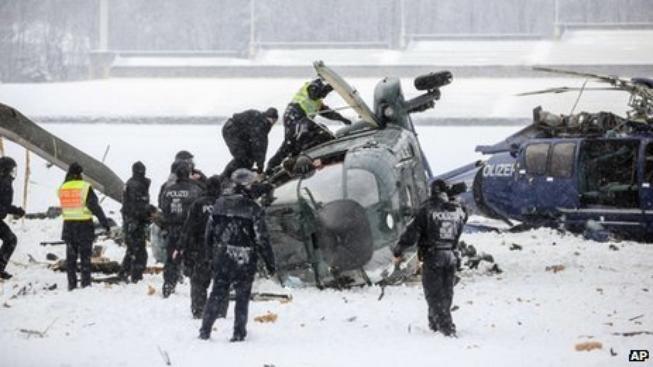 Helikoptéry po srážce u berlínského olympijského stadionu.