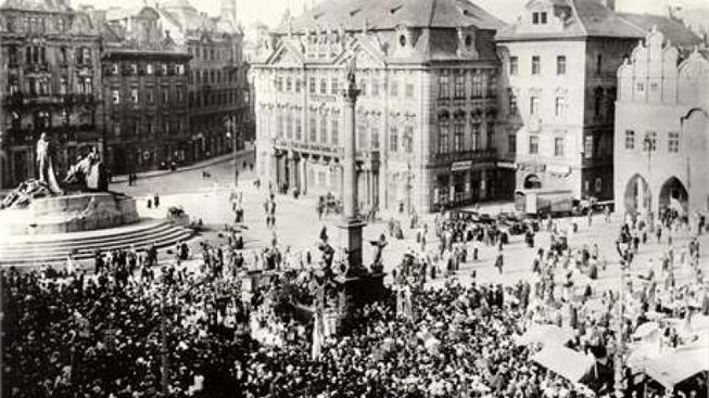 Mariánský sloup na Václavském náměstí.
