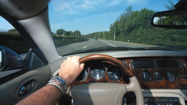 Auto na silnici (ilustrační foto)