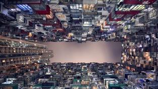 Neobyčejný pohled na mrakodrapy v Hong Kongu