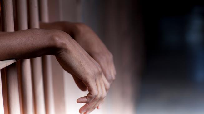 Žena pobodala nožem druha, hrozí jí osmnáct let