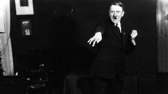Snímky z nichž mrazí v zádech. Adolf Hitler pózuje při poslechu vlastního projevu