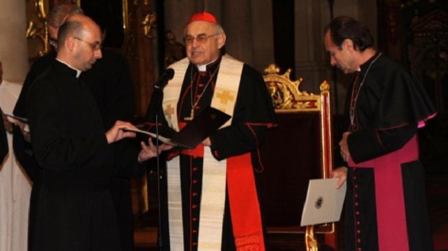 Kardinál Vlk (uprostřed)