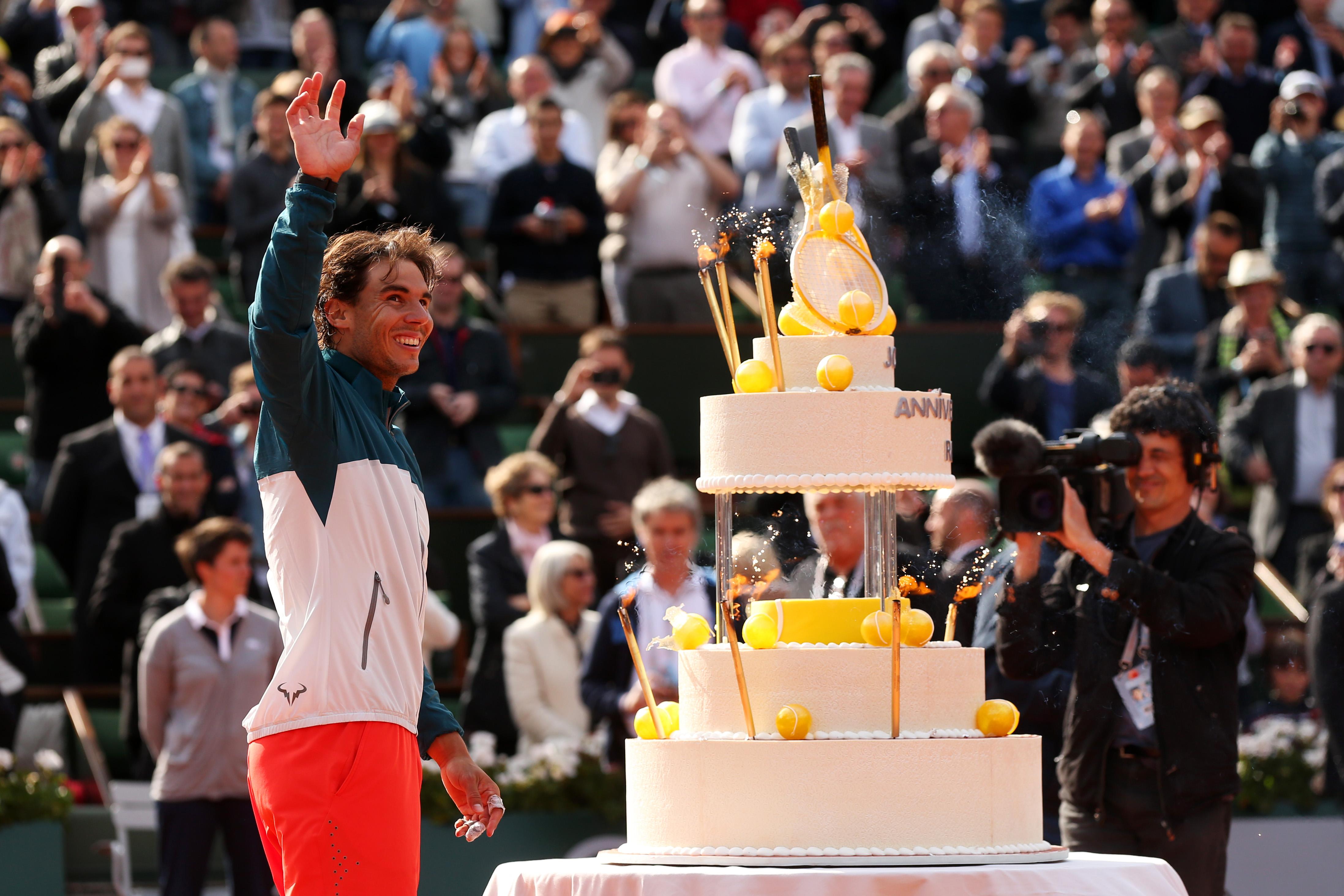Dojemné chvíle na French Open: Antukový král oslavil narozeniny přímo na kurtu!