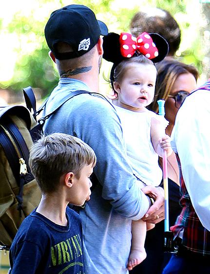Harper při návštěvě Disneylandu