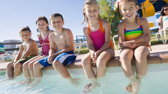 Děti u bazénu