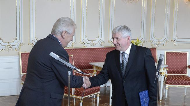 Jiří Rusnok předává Miloši Zemanovi demisi