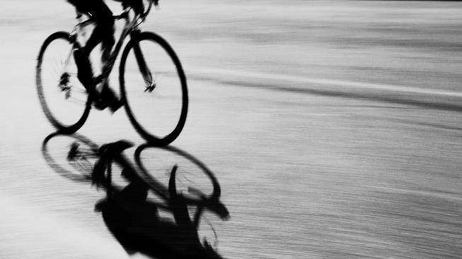 Žena, kterou srazil na jaře cyklista, zemřela. Viníka policie nedopadla