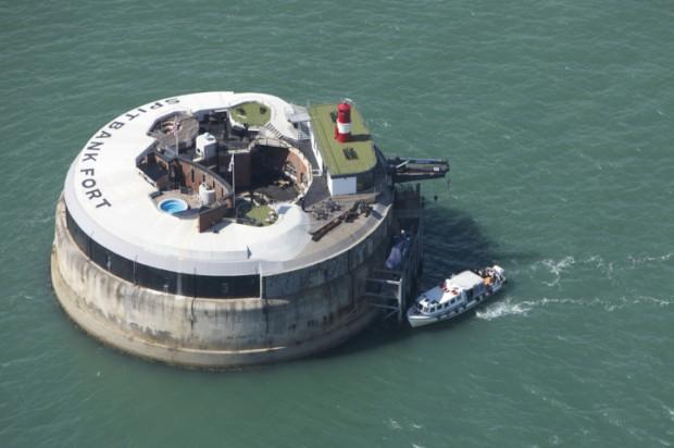 Opuštěná pevnost uprostřed moře se změnila na luxusní hotel