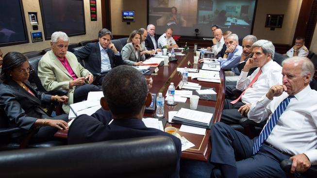 Barack Obama na schůzi se svými bezpečnostními poradci v Bílém domě