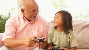 Dědeček s vnučkou hrají videohry (ilustrační fotografie)