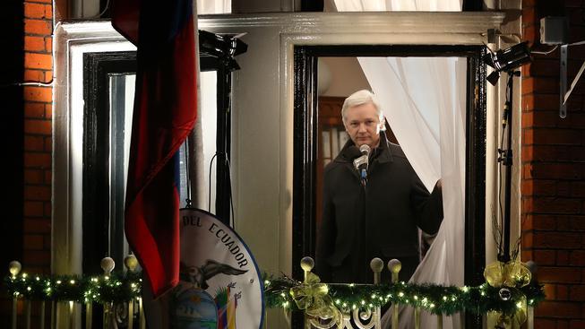 Julian Assange za oknem ekvádorské ambasády v Londýně