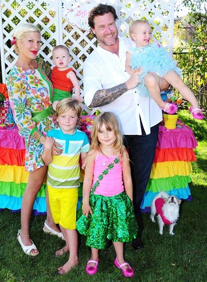 Tori Speling s manželem Deanem a dětmi