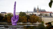 Obří vztyčený prostředníček míří na Pražský hrad. Je Zeman jednička?